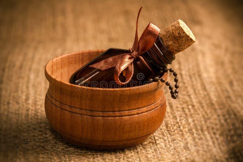 Glasflasche ätherisches Öl. Aromatherapie lizenzfreie stockfotografie