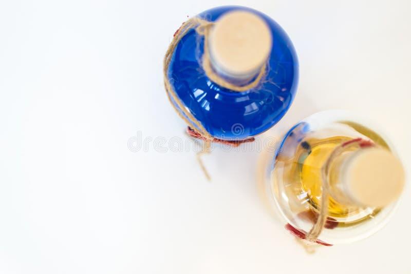 Glasflasche mit blauer Curaçao-Alkohol- und -zitronenfarbe auf weißem Hintergrund Beschneidungspfad eingeschlossen stockbilder