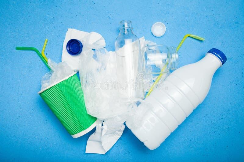 Glasflasche, Plastikverpacken der Lebensmittel, Papierschale Wiederverwertung, Konzept lizenzfreie stockbilder