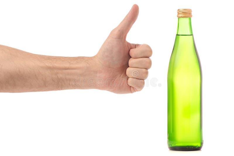 Glasflasche Sodawasser in einer Hand stockbilder