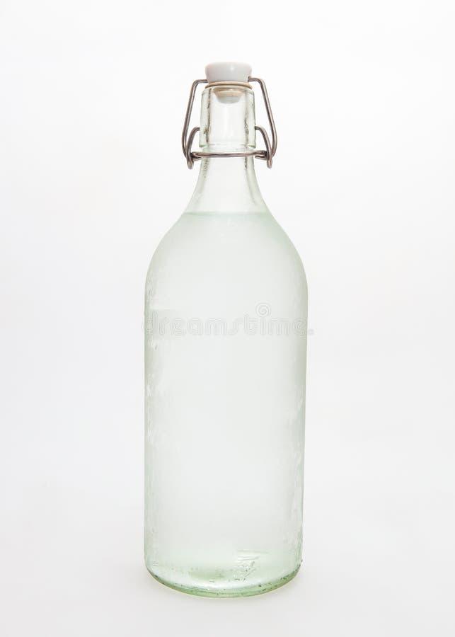 Glasflasche Wasser lizenzfreie stockfotos