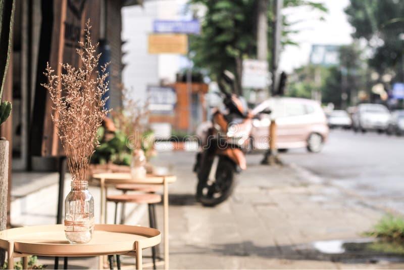 Glasflaschen verziert mit den Niederlassungen gesetzt auf einen runden Holztisch lizenzfreie stockfotografie
