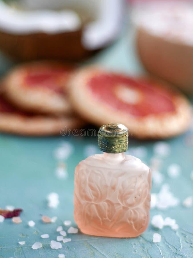 Glasflaska för essentailolja, doft, etc. arkivbild