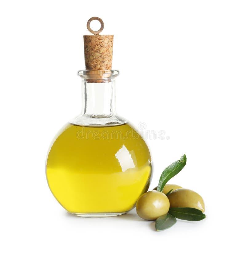 Glasflaska med olivolja på vit bakgrund royaltyfria foton