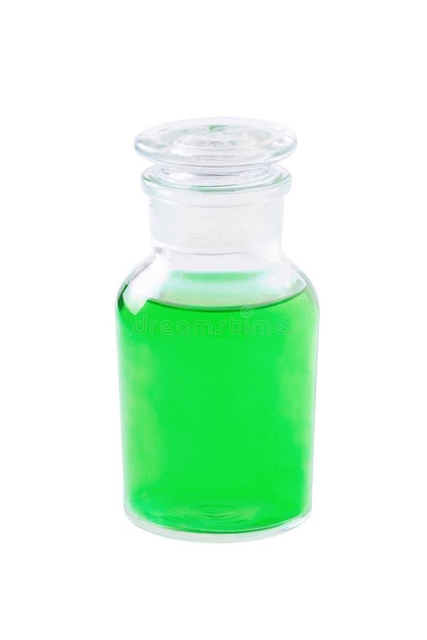 Glasflaskan med grön flytande som isoleras på vit, medicin, tvål, schampo, maträtttvagningen, dusch stelnar, den växt- extrakten, royaltyfri foto