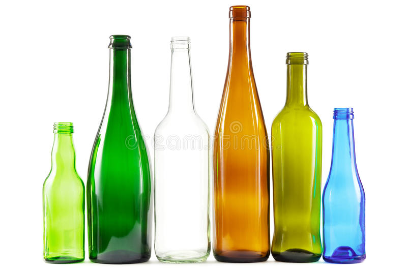 Glasflaskor av blandade färger arkivfoton