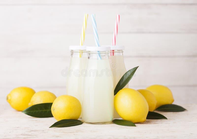 Glasflaskor av organiska nya citronjuicefrukter royaltyfria bilder