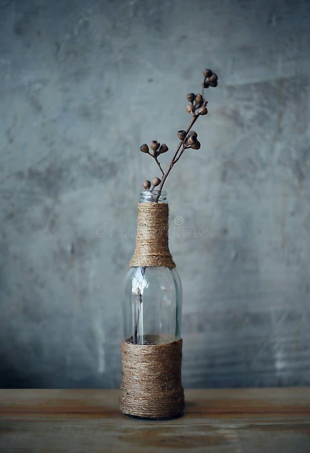 Glasflaskor för prydnad för blomma för koppar för Gray Rope vasstilllife arkivbilder