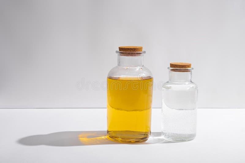 Glasflaskor med korklock p? en vit bakgrund, sidosikt fotografering för bildbyråer