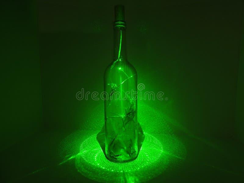 Glasfles in laserabstractie stock foto
