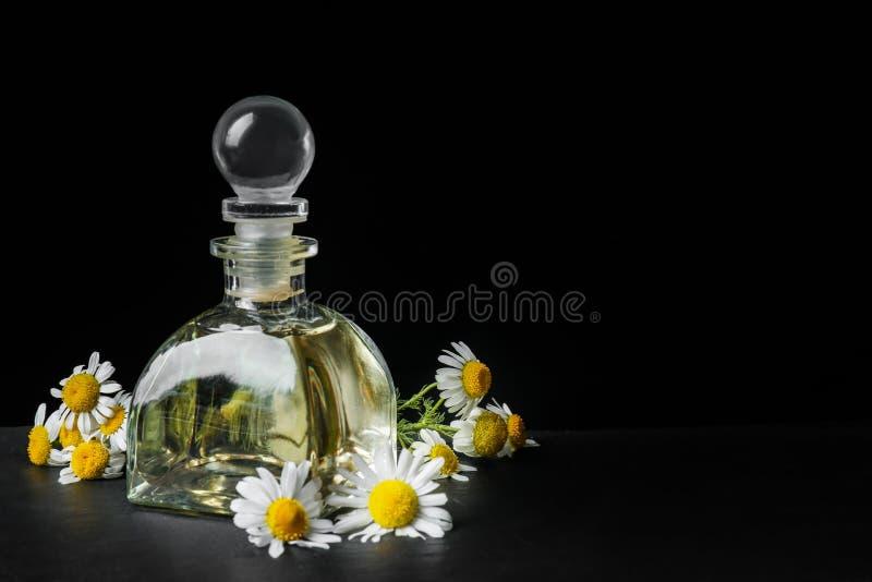 Download Glasfles Met Etherische Olie En Verse Kamillebloemen Stock Foto - Afbeelding bestaande uit naughty, schoonheidsmiddelen: 107702226