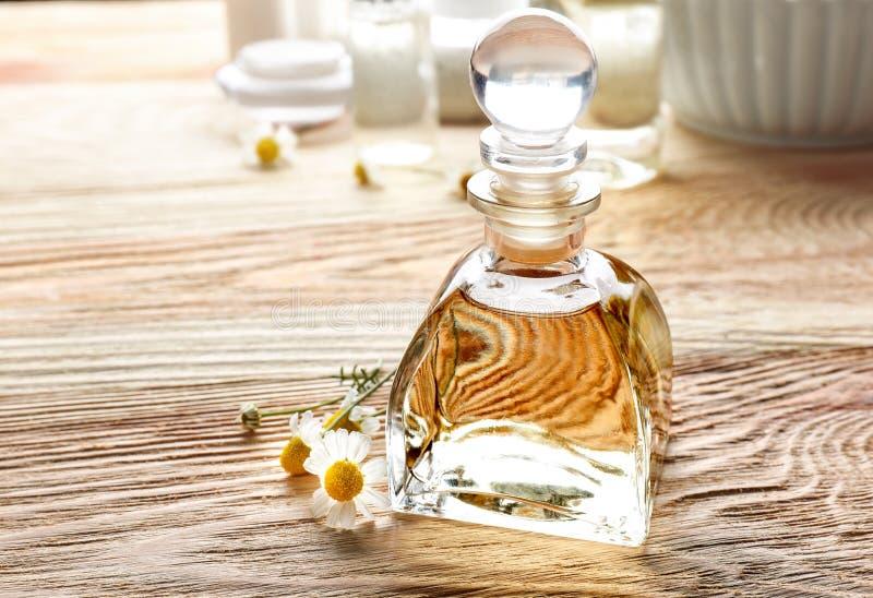 Download Glasfles Met Etherische Olie En Verse Kamillebloemen Stock Foto - Afbeelding bestaande uit up, skincare: 107702536