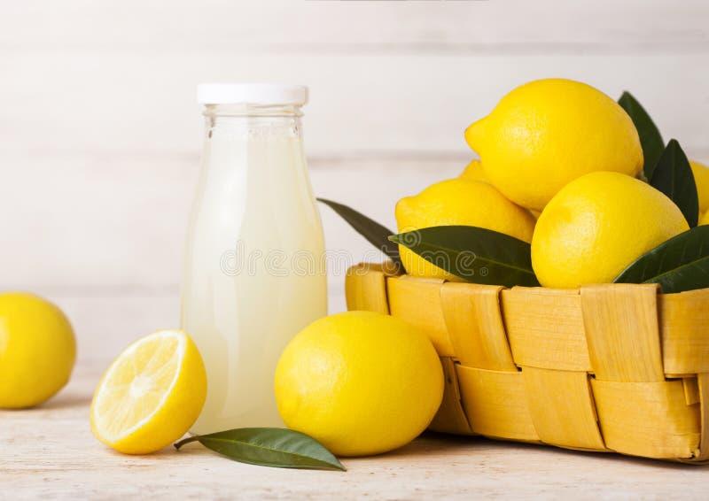 Glasfles organische verse citroensapvruchten royalty-vrije stock fotografie