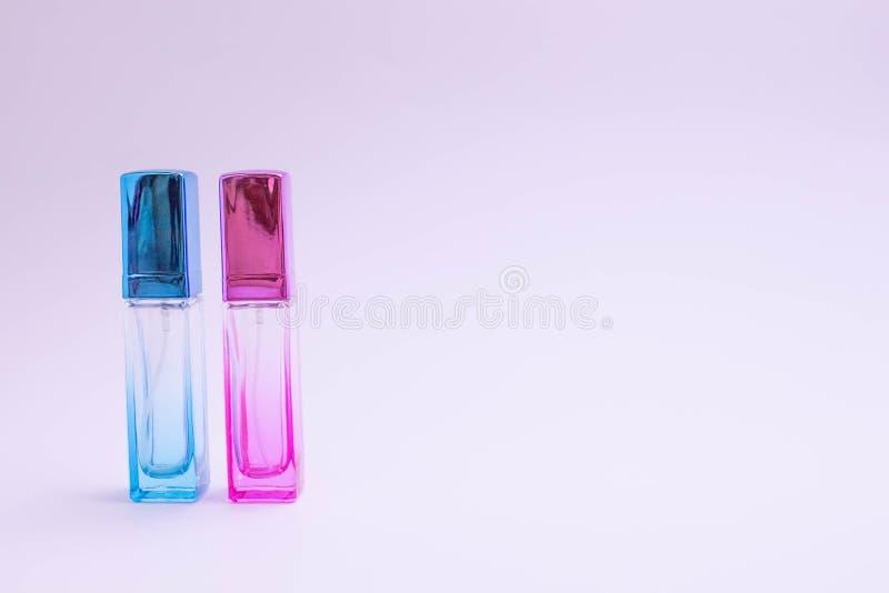 Glasfles parfum op witte achtergrond Roze, blauwe, groene, zwarte fles Het parfum van vrouwen en van mannen Aromatherapy, kuuroor royalty-vrije stock afbeeldingen