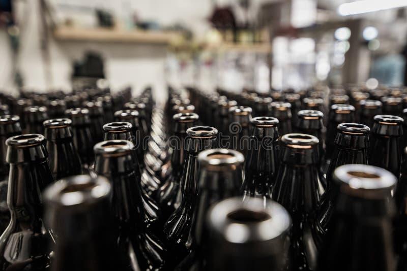 Glasflessen op het bottelen worden voorbereid die stock afbeelding