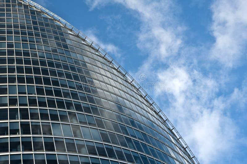 Glasgebäude des modernen Geschäfts auf Hintergrund eines blauen Himmels stockfoto