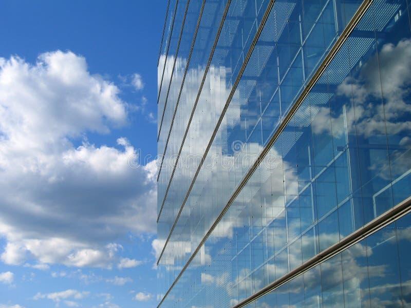 Glasgebäudereflexion lizenzfreies stockbild