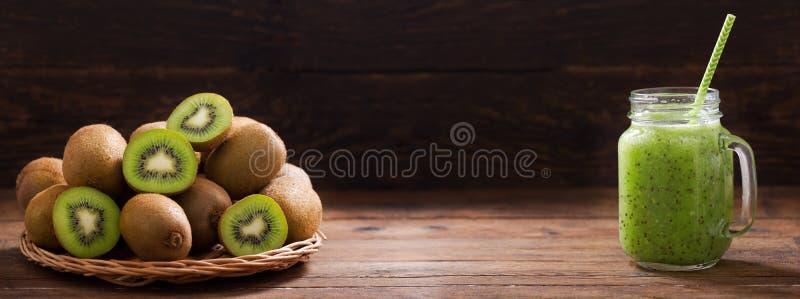 Glasgefäß von Kiwi Saft oder Smoothie mit frischen Früchten stockbilder