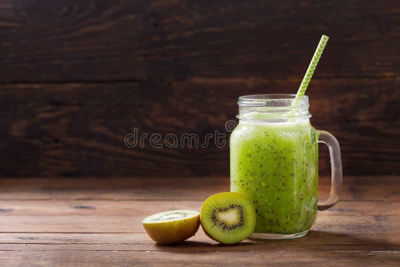 Glasgefäß von Kiwi Saft oder Smoothie mit frischen Früchten lizenzfreies stockfoto