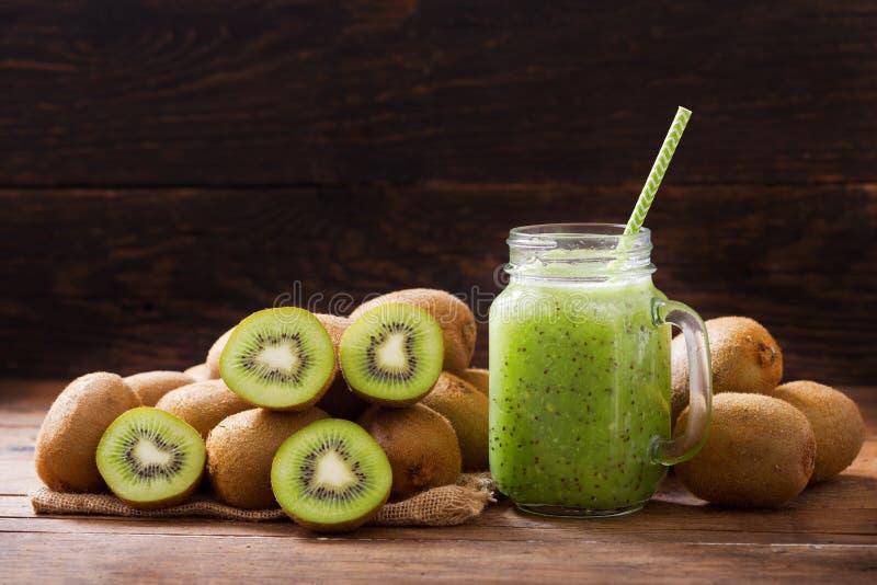 Glasgefäß von Kiwi Saft oder Smoothie mit frischen Früchten stockbild