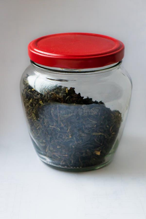 Glasgefäß mit grünem Tee stockfotografie