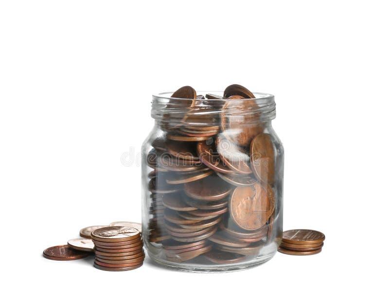 Glasgefäß mit Münzen auf Weiß Banknoten mit schwarzem Rechner lizenzfreies stockbild