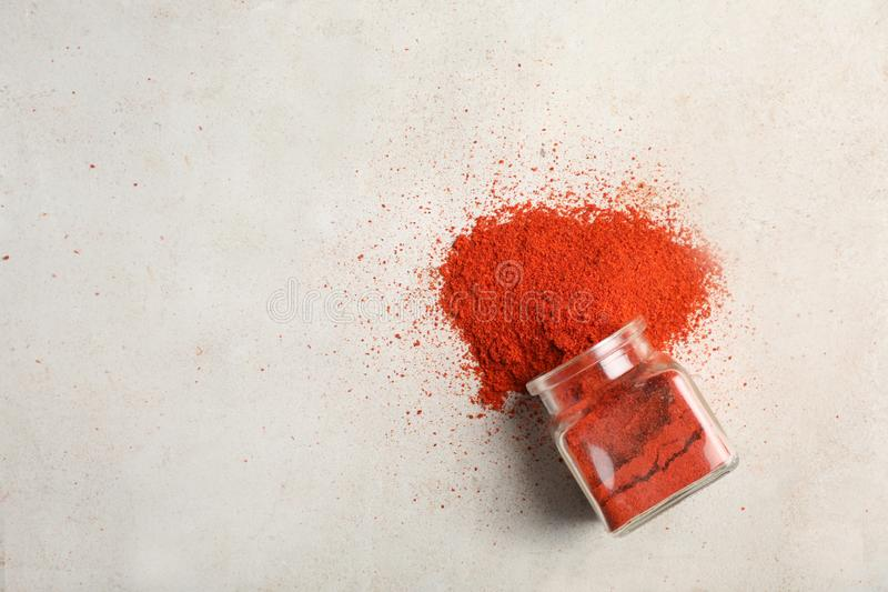 Glasgefäß mit pulverisiertem Pfeffer des roten Paprikas stockfoto