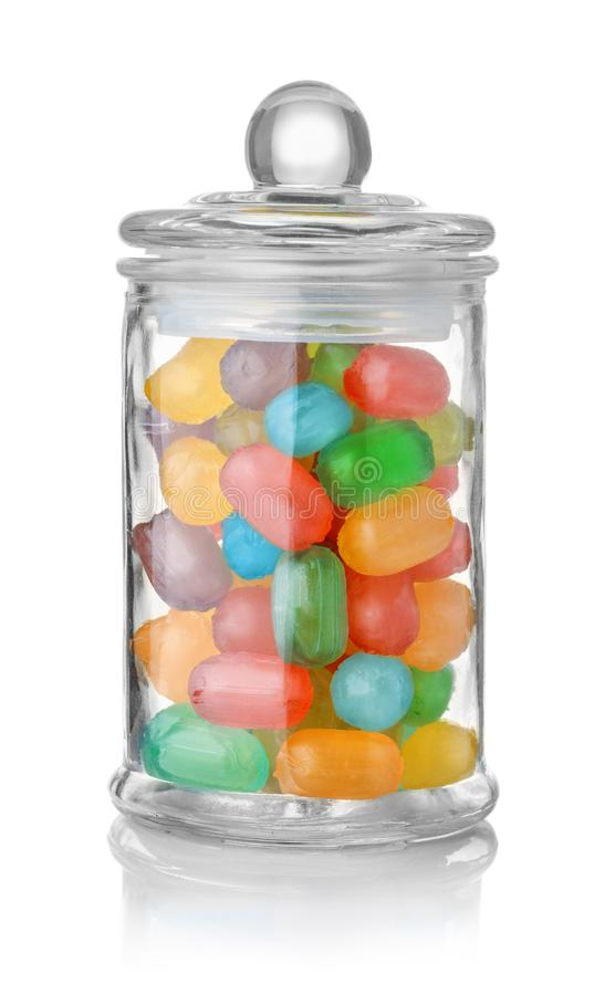 Glasgefäß voll bunte Bonbons stockfotos
