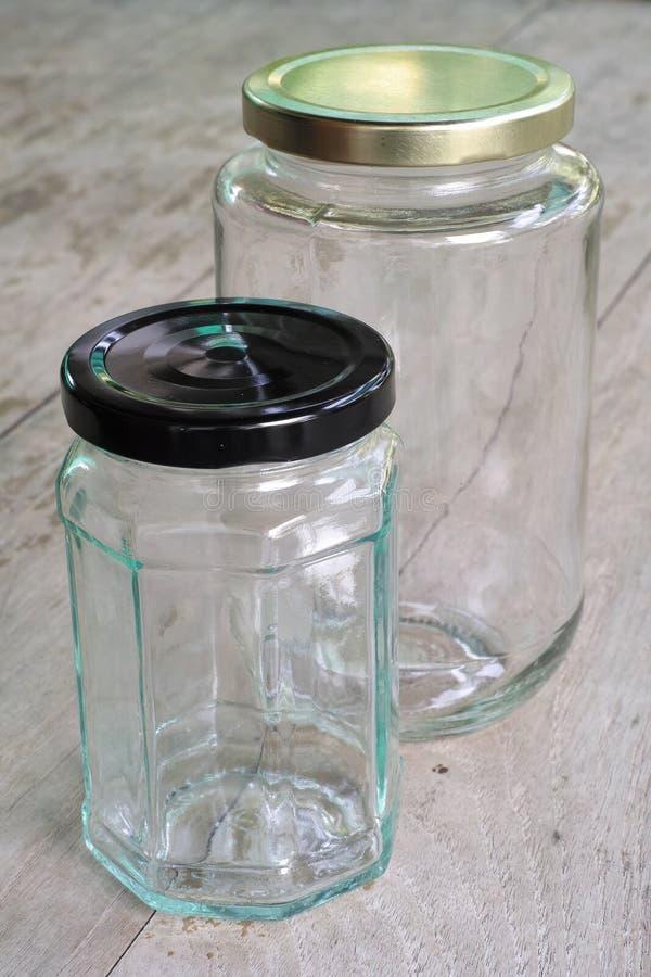 Glasgefäße auf hölzerner Tabelle lizenzfreies stockfoto
