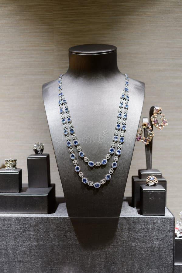 Glasgeval in de juwelenopslag stock foto