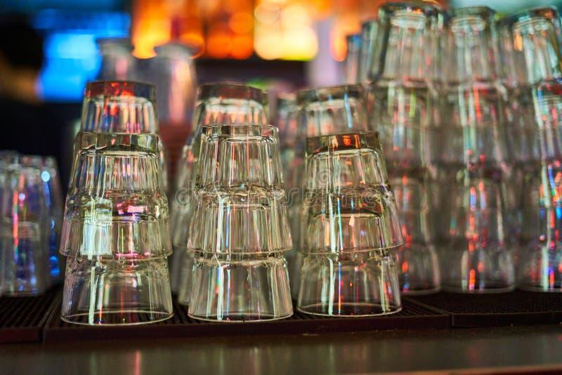 Glasglazen voor whisky en andere dranken en tribune op de barkoffie royalty-vrije stock foto's