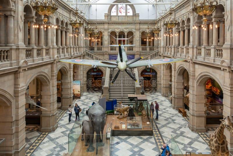 Glasgow, Escócia - 19 de maio de 2018: Vista central do salão da cabeça-quente em Kelvingrove Art Gallery e museu fotos de stock royalty free