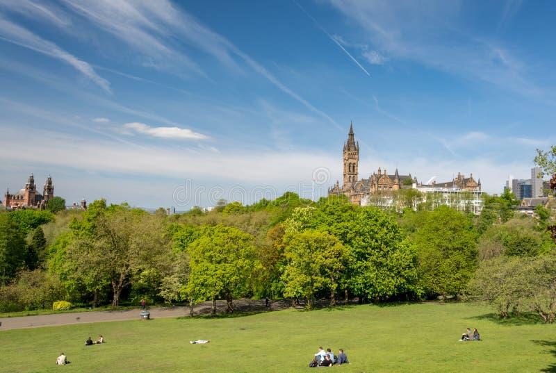 Glasgow, Escocia - 19 de mayo de 2018: Parque de Kelvingrove en última primavera; Gente que disfruta de los días de primavera sol fotografía de archivo
