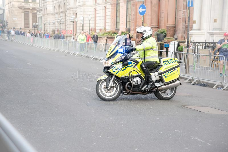 Glasgow Skottland - Oktober 2016: Polis på polismotorcykeln under halv maraton arkivfoto