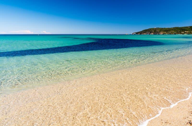 Glashelder water op Pampelonne-strand dichtbij Saint Tropez in Zuid-Frankrijk royalty-vrije stock foto's