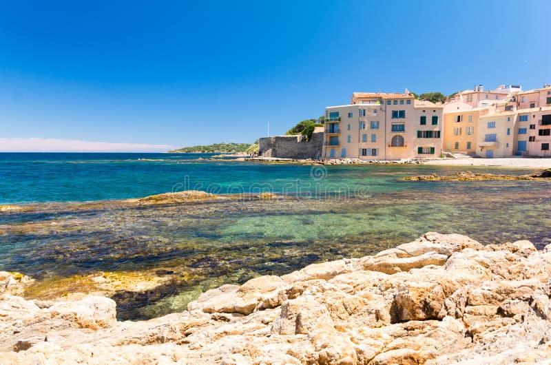 Glashelder water in Saint Tropez in Franse riviera, Zuid-Frankrijk stock afbeeldingen