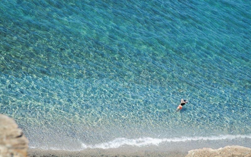 Glasheldere overzees met kust royalty-vrije stock foto