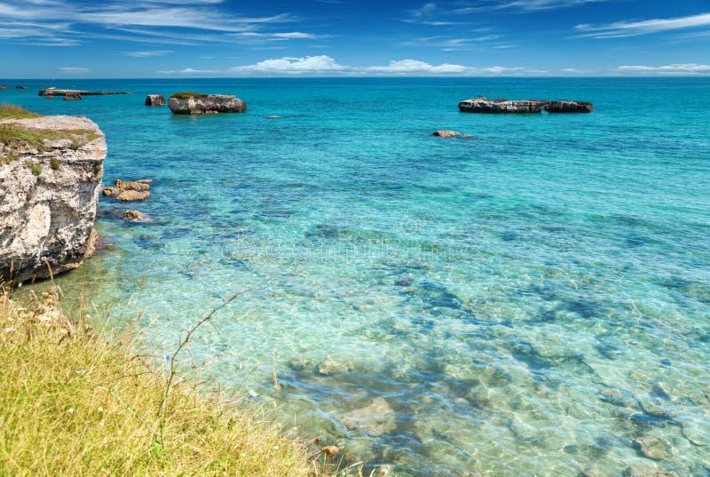 Glasheldere wateren in zuidelijk Italië stock afbeeldingen