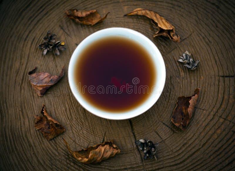 Glasherbstblatt schwarzer chinesischer Tee Puer hölzern lizenzfreies stockbild