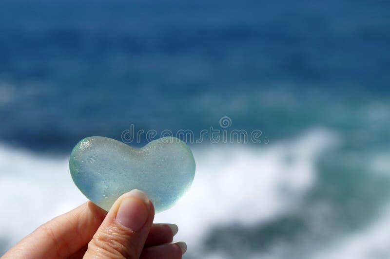 Glasherz, das Liebe symbolisiert stockfotos