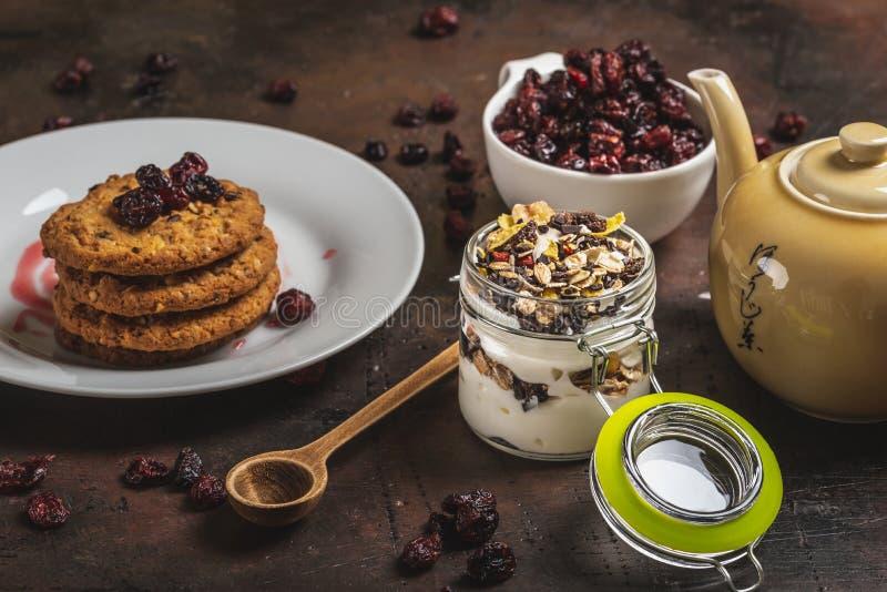 Glashoogtepunt van witte yoghurt en muesli op donkere houten raad royalty-vrije stock foto