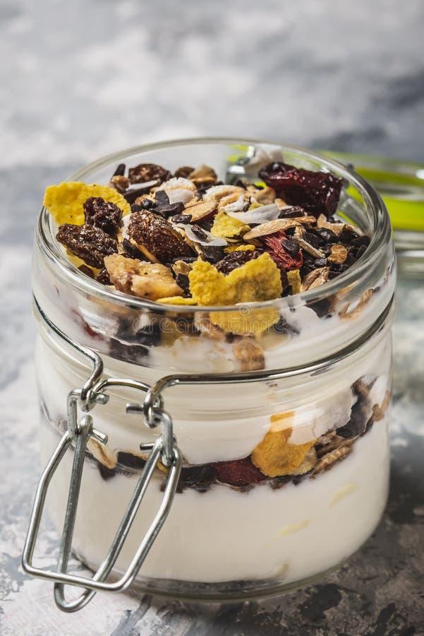 Glashoogtepunt van witte yoghurt en muesli op lichte houten raad royalty-vrije stock afbeeldingen