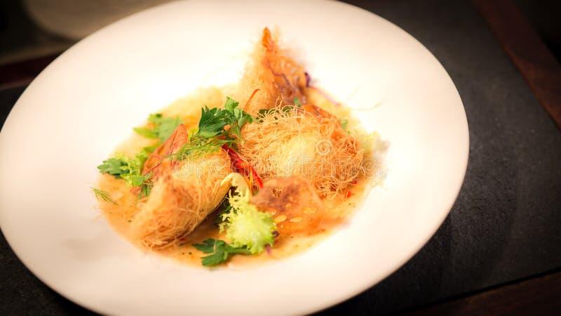 Glasig-glänzende Hühnerleiste, Kartoffelpürees würzte mit Trüffelöl, Feige und Anissamensoße stockbilder