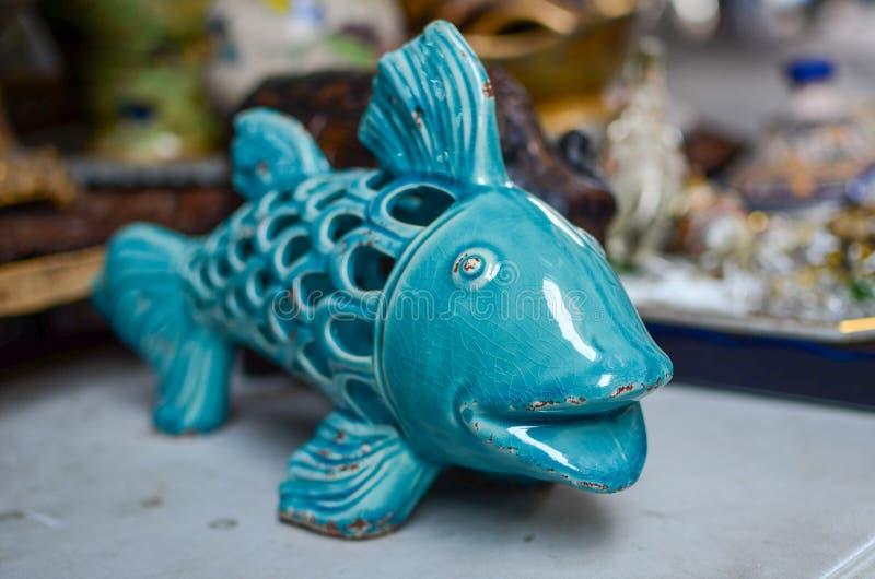 Glasig-glänzende Fische der Weinlesefigürchens Porzellan für Verkauf an der alten Jaffa-Flohmarkt lizenzfreie stockbilder