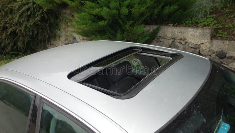 Glasig-glänzende schwarze Luke - Limousineauto-Pavillonschiebedach, beige lederne Innen-, metallische Farbe, Vogelperspektive sch lizenzfreie stockbilder