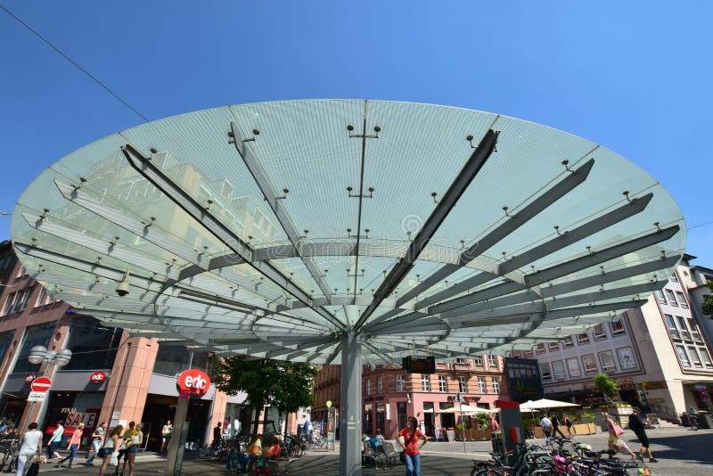 Glasig-glänzendes Dach eines Busbahnhofs in WÃ-¼ rzburg, Deutschland stockfotografie