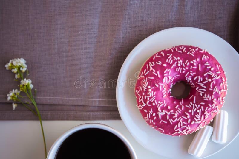Glasig-gl?nzender Donut mit schwarzem Kaffee stockfotos