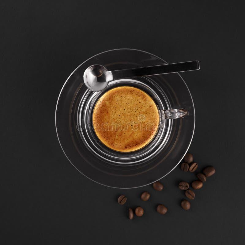 Glaskaffeetasse mit frischem gebildetem Espresso stockfoto