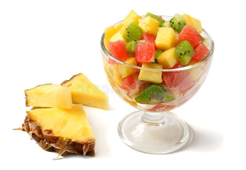 Glaskom gezonde die citrusvruchtenfruitsalade op witte achtergrond wordt geïsoleerd stock foto's