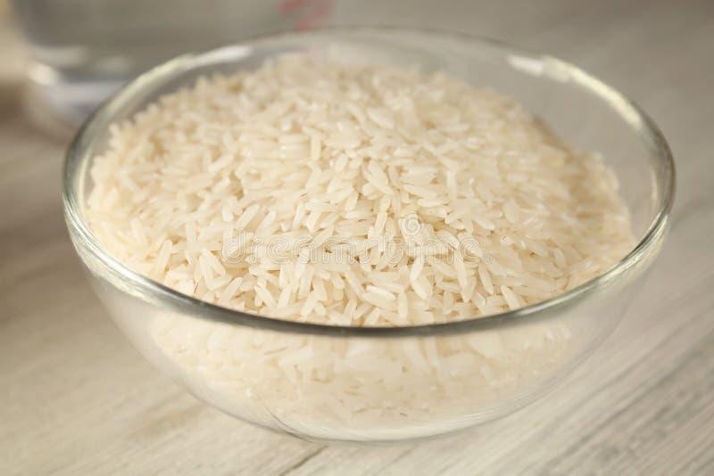 Glaskom met rijst stock afbeelding